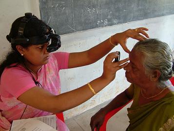 Oftalmóloga mirando fondo de ojo en India